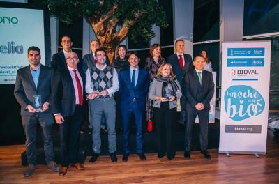 El presidente de BIOVAL, Carlos Ledó, junto a autoridades y patrocinadores y las empresas premiadas Agrozono, Bioinicia, EpiDisease e Ingelia